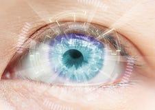 Κινηματογράφηση σε πρώτο πλάνο του μπλε ματιού της γυναίκας Υψηλές τεχνολογίες στο futuristi Στοκ Φωτογραφίες