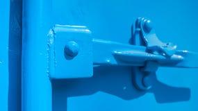 Κινηματογράφηση σε πρώτο πλάνο του μπλε μεταφορικού κιβωτίου Στοκ εικόνα με δικαίωμα ελεύθερης χρήσης