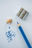Κινηματογράφηση σε πρώτο πλάνο του μπλε μολυβιού χρώματος με το ξύρισμα και sharpener μολυβιών Στοκ Φωτογραφίες