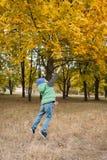 Κινηματογράφηση σε πρώτο πλάνο του νέου παιχνιδιού αγοριών με τα φθινοπωρινά φύλλα Στοκ εικόνα με δικαίωμα ελεύθερης χρήσης