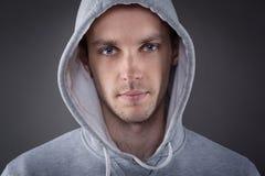 Κινηματογράφηση σε πρώτο πλάνο του νεαρού άνδρα με το χέρι στο κεφάλι Στοκ φωτογραφίες με δικαίωμα ελεύθερης χρήσης