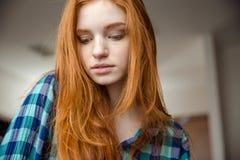 Κινηματογράφηση σε πρώτο πλάνο του ντροπαλού κοριτσιού με την κόκκινη τρίχα στο ελεγμένο πουκάμισο Στοκ φωτογραφία με δικαίωμα ελεύθερης χρήσης