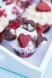 Κινηματογράφηση σε πρώτο πλάνο του νόστιμου cupcake με τις χαριτωμένες καρδιές Στοκ Εικόνες