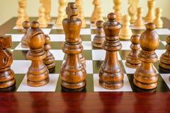 Κινηματογράφηση σε πρώτο πλάνο του ξύλινου συνόλου και του πίνακα σκακιού Στοκ εικόνα με δικαίωμα ελεύθερης χρήσης
