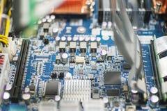 Κινηματογράφηση σε πρώτο πλάνο του πίνακα κυκλωμάτων υπολογιστών στη βιομηχανία κατασκευής Στοκ εικόνα με δικαίωμα ελεύθερης χρήσης