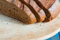 Κινηματογράφηση σε πρώτο πλάνο του παραδοσιακού ψωμιού Τοπ όψη αγροτικός Στοκ Εικόνες