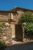 Κινηματογράφηση σε πρώτο πλάνο του παλαιού σπιτιού πετρών με την ξύλινη πύλη σε Les Arcs-sur-Argens Στοκ Εικόνες