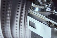 Κινηματογράφηση σε πρώτο πλάνο του παλαιών σκοπεύτρου καμερών φωτογραφιών και της ταινίας φωτογραφιών 35 χιλ. επάνω Στοκ φωτογραφίες με δικαίωμα ελεύθερης χρήσης