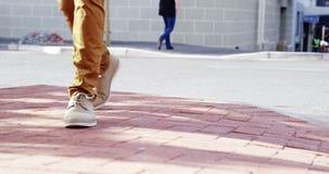 Κινηματογράφηση σε πρώτο πλάνο του περπατήματος των ποδιών φιλμ μικρού μήκους