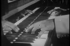 Κινηματογράφηση σε πρώτο πλάνο του πιάνου παιχνιδιού μουσικών τζαζ απόθεμα βίντεο