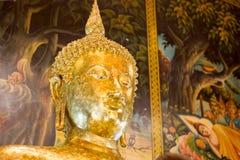 Κινηματογράφηση σε πρώτο πλάνο του προσώπου και των χεριών της εικόνας του Βούδα ` s Στοκ φωτογραφίες με δικαίωμα ελεύθερης χρήσης
