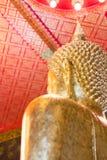 Κινηματογράφηση σε πρώτο πλάνο του προσώπου και των χεριών της εικόνας του Βούδα ` s Στοκ Φωτογραφία