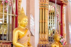 Κινηματογράφηση σε πρώτο πλάνο του προσώπου και των χεριών της εικόνας του Βούδα ` s Στοκ Φωτογραφίες