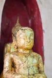 Κινηματογράφηση σε πρώτο πλάνο του προσώπου και των χεριών της εικόνας του Βούδα ` s Στοκ Εικόνες