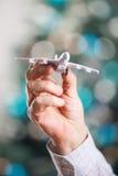 Κινηματογράφηση σε πρώτο πλάνο του προτύπου εκμετάλλευσης χεριών ατόμων του αεροπλάνου Στοκ Φωτογραφίες