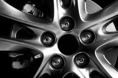 Κινηματογράφηση σε πρώτο πλάνο του πλαισίου αλουμινίου της ρόδας αυτοκινήτων πολυτέλειας Στοκ Εικόνα