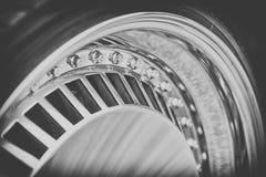 Κινηματογράφηση σε πρώτο πλάνο του πλαισίου αλουμινίου της ρόδας αυτοκινήτων πολυτέλειας, γραπτού Στοκ εικόνα με δικαίωμα ελεύθερης χρήσης