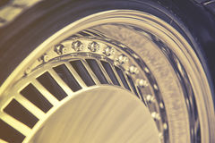 Κινηματογράφηση σε πρώτο πλάνο του πλαισίου αλουμινίου της ρόδας αυτοκινήτων πολυτέλειας, εκλεκτής ποιότητας επίδραση Στοκ Εικόνες