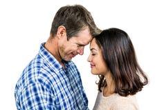 Κινηματογράφηση σε πρώτο πλάνο του ρομαντικού ζεύγους που στέκεται πρόσωπο με πρόσωπο στοκ φωτογραφία με δικαίωμα ελεύθερης χρήσης