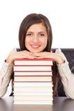 Κινηματογράφηση σε πρώτο πλάνο του σπουδαστή που κρατά το κεφάλι της σε έναν σωρό των βιβλίων στοκ εικόνες