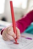 Κινηματογράφηση σε πρώτο πλάνο του σχεδίου παιδιών χεριών με το μολύβι στο σπίτι Στοκ φωτογραφία με δικαίωμα ελεύθερης χρήσης