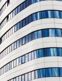 Κινηματογράφηση σε πρώτο πλάνο του σύγχρονου ουρανοξύστη Στοκ φωτογραφία με δικαίωμα ελεύθερης χρήσης