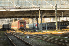 Κινηματογράφηση σε πρώτο πλάνο του τραίνου που εισάγεται σε έναν σταθμό ραγών στη Ρουμανία Στοκ Εικόνα