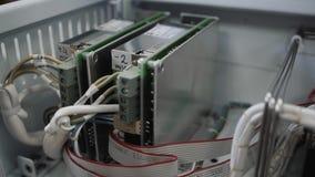 Κινηματογράφηση σε πρώτο πλάνο του τσιπ υπολογιστή στο εργοστάσιο απόθεμα βίντεο