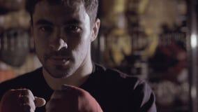Κινηματογράφηση σε πρώτο πλάνο του υγιούς ισχυρού άνδρα που επιλύει στον εγκιβωτισμό του στούντιο απόθεμα βίντεο