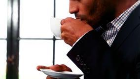 Κινηματογράφηση σε πρώτο πλάνο του φλιτζανιού του καφέ κατανάλωσης επιχειρηματιών απόθεμα βίντεο