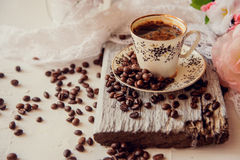 Κινηματογράφηση σε πρώτο πλάνο του φλυτζανιού καφέ με τα ψημένα φασόλια καφέ στο ξύλινο υπόβαθρο Στοκ φωτογραφίες με δικαίωμα ελεύθερης χρήσης