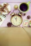 Κινηματογράφηση σε πρώτο πλάνο του φλυτζανιού, του ξυπνητηριού και των Χριστουγέννων καφέ Στοκ εικόνα με δικαίωμα ελεύθερης χρήσης