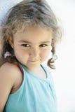 Κινηματογράφηση σε πρώτο πλάνο του χαριτωμένου μικρού κοριτσιού με δύο πλεξούδες Στοκ φωτογραφία με δικαίωμα ελεύθερης χρήσης