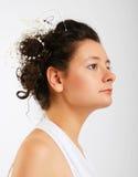 Κινηματογράφηση σε πρώτο πλάνο του χαριτωμένου brunette στο λευκό Στοκ Φωτογραφίες
