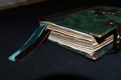 Κινηματογράφηση σε πρώτο πλάνο του χειροποίητου σημειωματάριου με τους σμαραγδένιους και καφετιούς σελιδοδείκτες Στοκ φωτογραφία με δικαίωμα ελεύθερης χρήσης