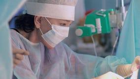 Κινηματογράφηση σε πρώτο πλάνο του χειρούργου στο στάδιο του ραψίματος απόθεμα βίντεο