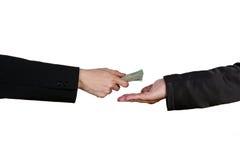 Κινηματογράφηση σε πρώτο πλάνο του χεριού προσώπων που δίνει τα χρήματα σε άλλο χέρι Στοκ Εικόνα