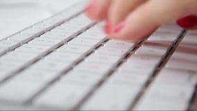 Κινηματογράφηση σε πρώτο πλάνο του χεριού ` s γυναικών ` s στο πληκτρολόγιο φιλμ μικρού μήκους