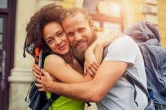 Κινηματογράφηση σε πρώτο πλάνο του όμορφου ζεύγους των τουριστών ερωτευμένων Στοκ φωτογραφία με δικαίωμα ελεύθερης χρήσης