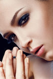 _ Κινηματογράφηση σε πρώτο πλάνο του όμορφου πρότυπου κοριτσιού με το ομαλό μαλακό του προσώπου δέρμα και του καλλυντικού κραγιόν Στοκ Φωτογραφίες