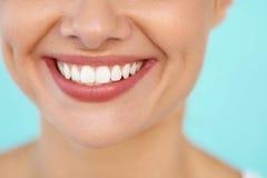 Κινηματογράφηση σε πρώτο πλάνο του όμορφου χαμόγελου με τα άσπρα δόντια Στοματικό χαμόγελο γυναικών στοκ εικόνες