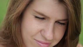 Κινηματογράφηση σε πρώτο πλάνο του όμορφου χαριτωμένου φυσικού κοριτσιού με τη μακριά καφετιά τρίχα που φαίνεται κάμερα απόθεμα βίντεο