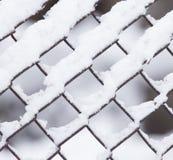 Κινηματογράφηση σε πρώτο πλάνο του barbwire που καλύπτεται από το χιόνι Στοκ Εικόνες