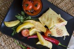 Κινηματογράφηση σε πρώτο πλάνο του burrito και του μεξικάνικου τσίλι στο μαύρο πιάτο Στοκ εικόνες με δικαίωμα ελεύθερης χρήσης