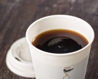 Κινηματογράφηση σε πρώτο πλάνο του take-$l*away φλυτζανιού καφέ Στοκ Εικόνες