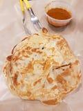 Κινηματογράφηση σε πρώτο πλάνο τριζάτου ινδικού Roti Prata με το κάρρυ Στοκ Εικόνα