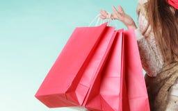 Κινηματογράφηση σε πρώτο πλάνο των αγορών τσαντών πελατών όμορφο κορίτσι μόδας ανασκόπησης που απομονώνεται άσπρος χειμώνας Στοκ Φωτογραφία