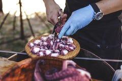 Κινηματογράφηση σε πρώτο πλάνο των ανθρώπινων χεριών που προετοιμάζουν το πιάτο του της Γαλικίας ύφους που μαγειρεύεται Στοκ εικόνα με δικαίωμα ελεύθερης χρήσης