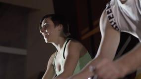 Κινηματογράφηση σε πρώτο πλάνο των ανοιχτόχρωμης επιδερμίδας νέων twp που επιλύουν στη γυμναστική απόθεμα βίντεο