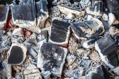 Κινηματογράφηση σε πρώτο πλάνο των αποσυντιθειμένος ξύλινων ανθράκων και της τέφρας στον ορειχαλκουργό Στοκ Εικόνες